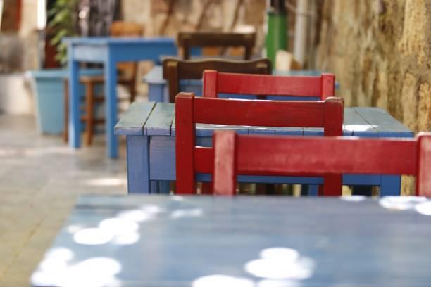 renkli sandalye ve masa - serpilguler stok fotoğraflar ve resimler