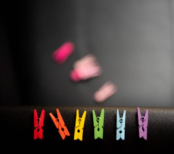 pines de ropa de colores. - monse del campo fotografías e imágenes de stock