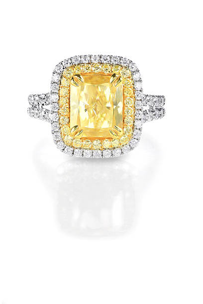 Cor amarelo canário diamond em halo ambiente envolvimento o anel de casamento - foto de acervo