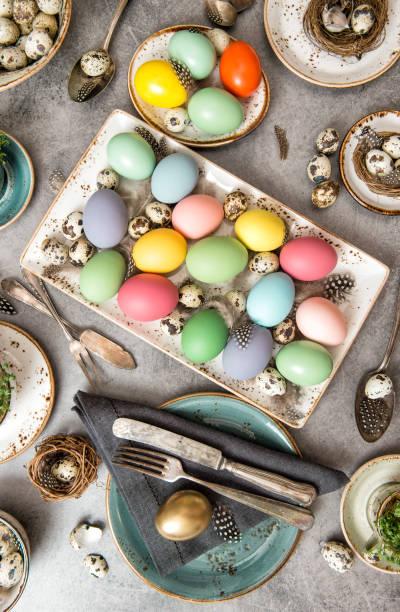 colored easter eggs festive table decoration - buona pasqua in tedesco foto e immagini stock
