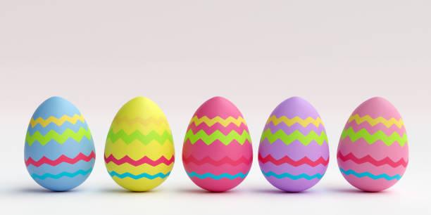 색깔이 있는 부활절 달걀은 평범한 배경에 줄지어 서 있습니다. - 부활절 달걀 뉴스 사진 이미지