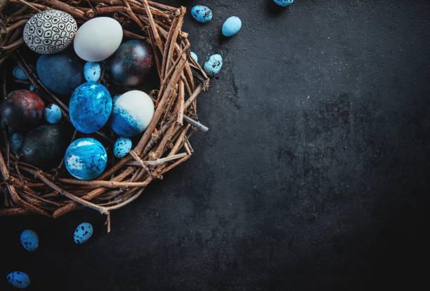 Farbige Eier und Farbe auf einem dunklen Tisch, Osterhintergrund – Foto