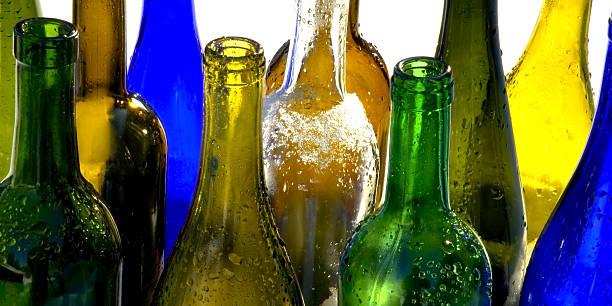 farbige glas - recycelte weinflaschen stock-fotos und bilder