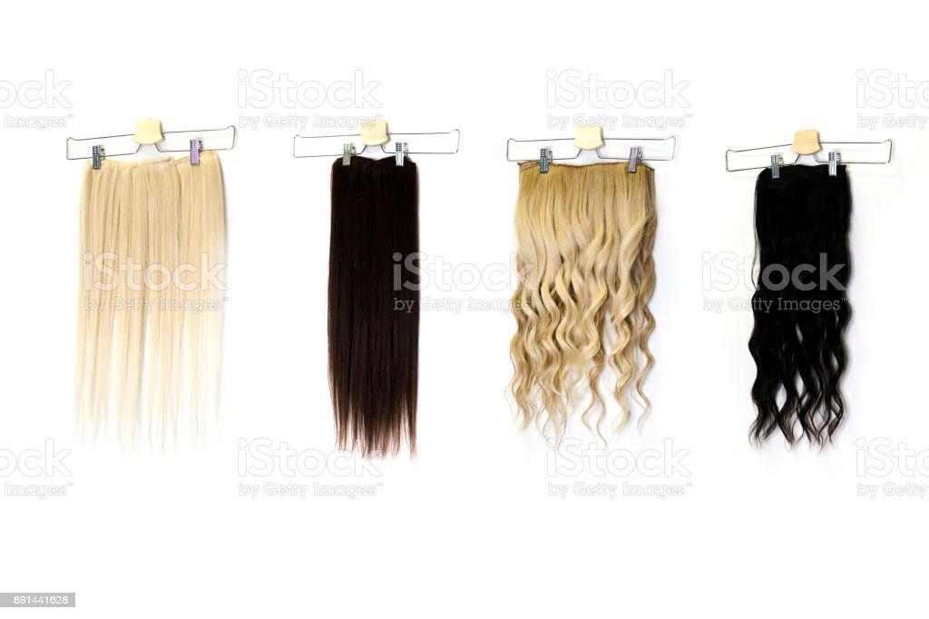 Extensões de cabelos coloridos em clips no salão - foto de acervo