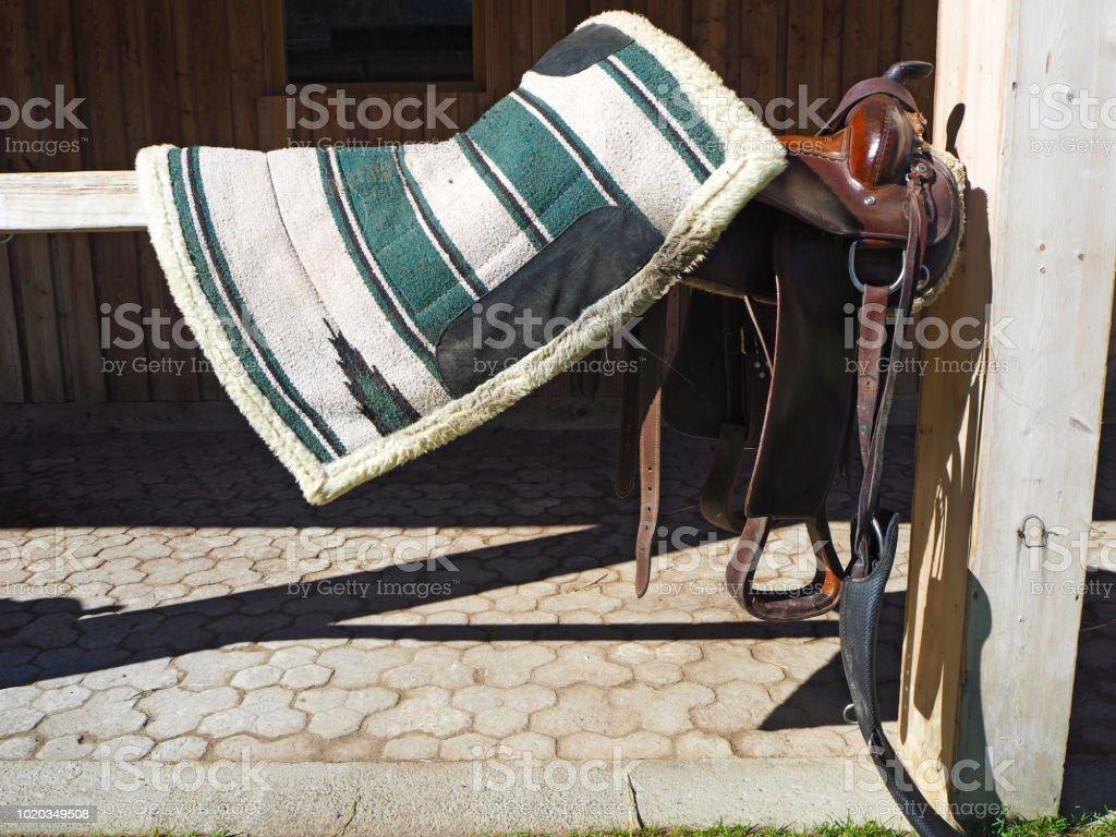 Selle de cheval coloré dans une ferme - Photo