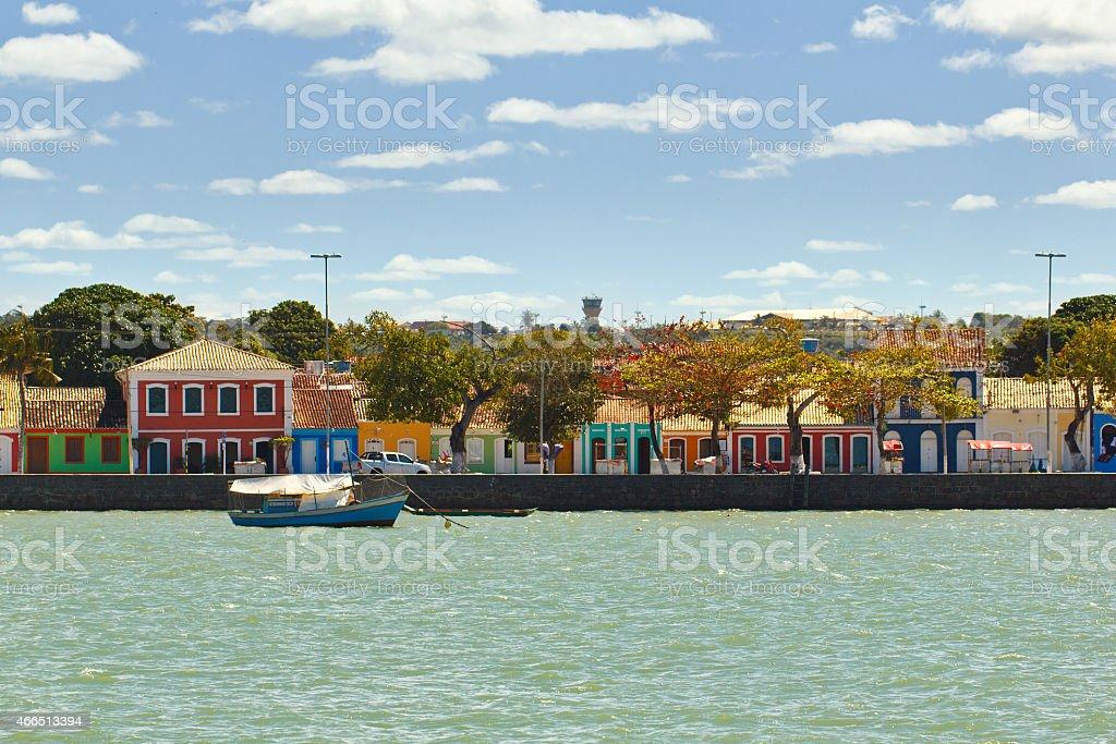 Casas de cor em Porto Seguro coast - foto de acervo