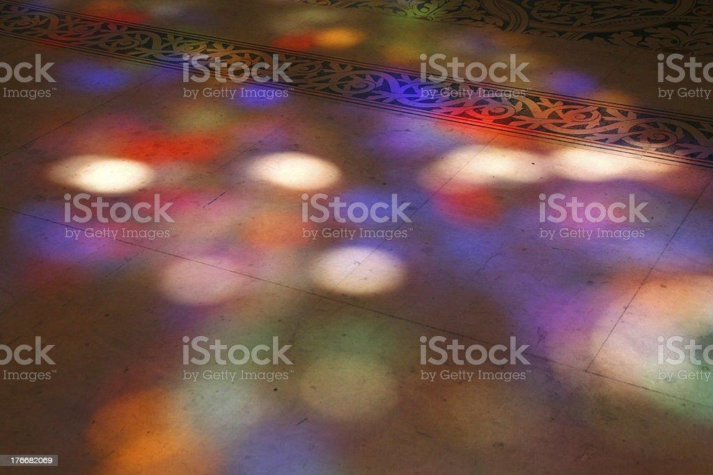 Proyección de luz de color en la basílica de Saint Denis, Francia foto de stock libre de derechos