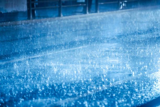 bunte Lichter spiegeln sich in den nassen Asphalt im Regen – Foto