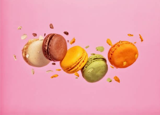 macarons coloridos voando em congelar o movimento - macaroon - fotografias e filmes do acervo