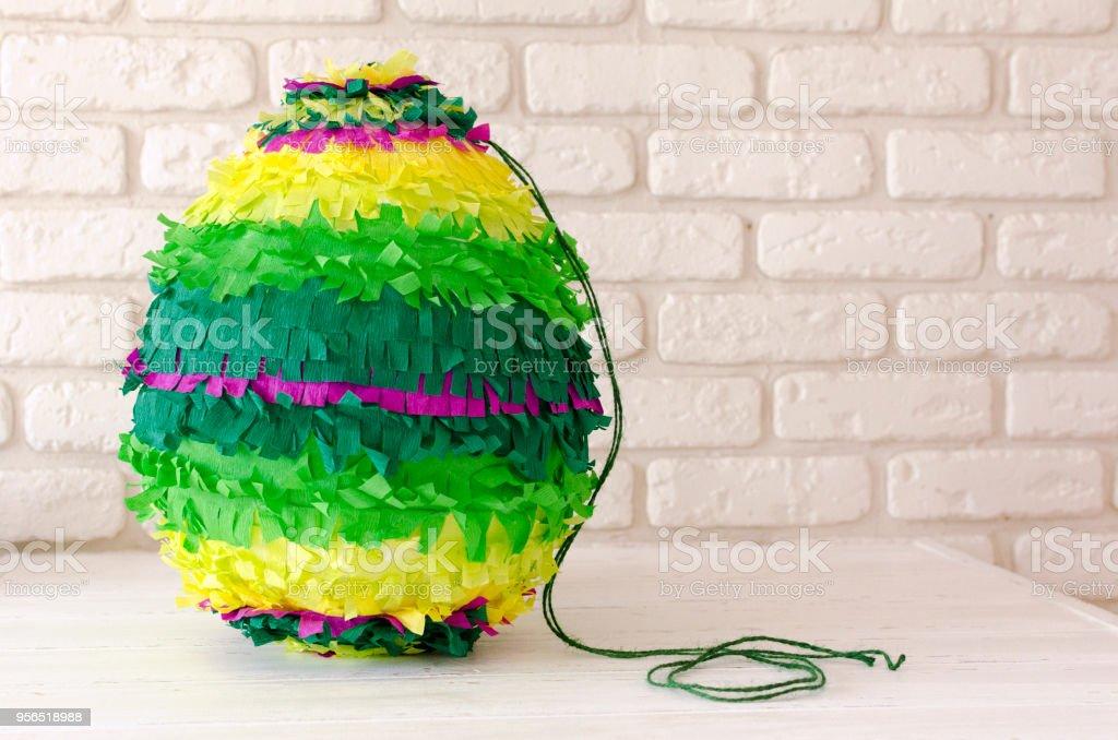farbiges Papier Pinata auf weißer Holztisch - Lizenzfrei Aubergine Stock-Foto