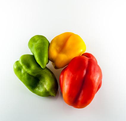 Foto de Cores Pimenta Em Fundo Branco e mais fotos de stock de Alimentação Saudável