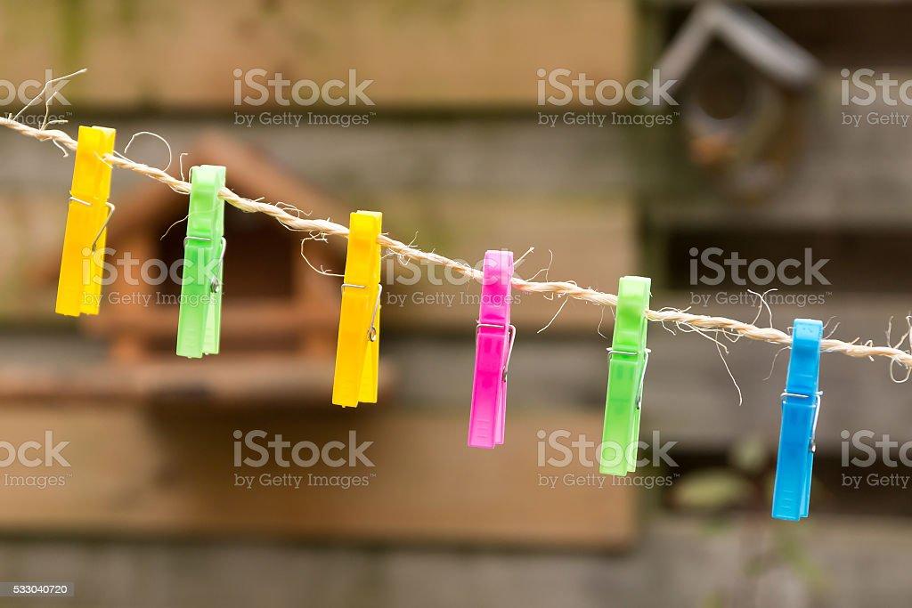 Farbige Kleidung aus Kunststoff Bolzen auf der Wäscheleine. – Foto
