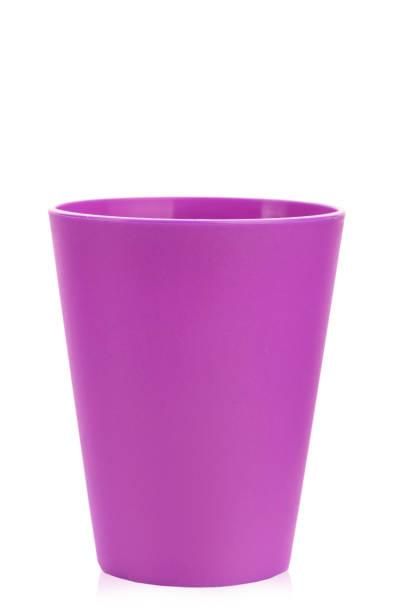 farbige kunststoff-glas für kinder urlaub auf einem weißen hintergrund isoliert. - kunststoff farbe stock-fotos und bilder