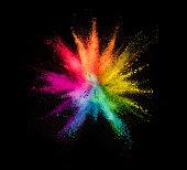 黒の背景に色付きの粉塵爆発