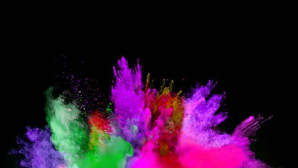 farbige pulverschnee, auf schwarzem hintergrund - lila waffe stock-fotos und bilder