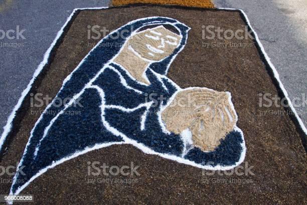 Farbigen Teppich Von Katholischen Gläubigen Zur Fronleichnamsprozession Stockfoto und mehr Bilder von Aufopferung