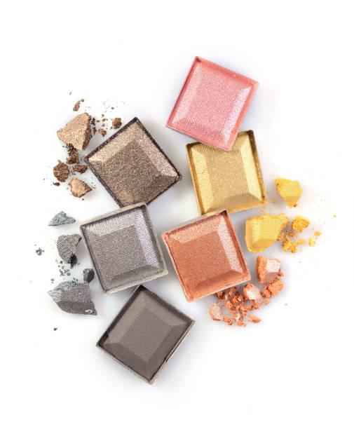 farbige glänzenden zerkleinerte lidschatten für make-up - goldenes augen make up stock-fotos und bilder