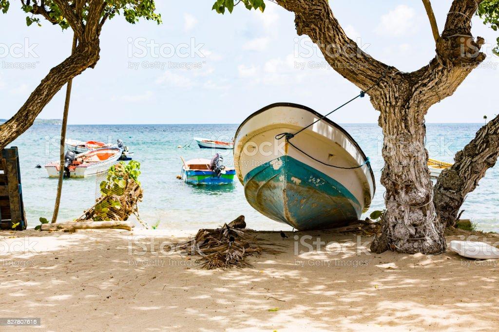 Couleur de petit bateau sur la mer - Photo
