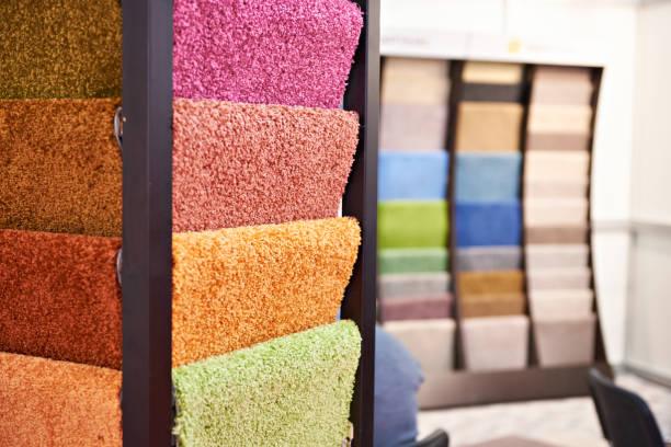 gekleurde synthetische zachte wollige vloeren in winkel - tapijt stockfoto's en -beelden