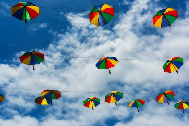 Farbige Schirme zum Tanzen Frevo gegen blauen Himmel mit Wolken – Foto
