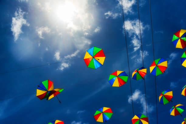 Farbige Schirme zum Tanzen Frevo gegen blauen Himmel – Foto