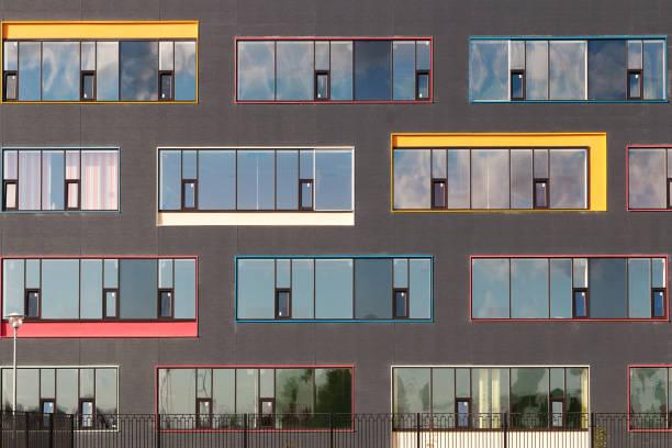 couleur des fenêtres de l'immeuble avec le ciel se reflètent dans le verre. fond géométrique. façade du bâtiment - forme bidimensionnelle photos et images de collection