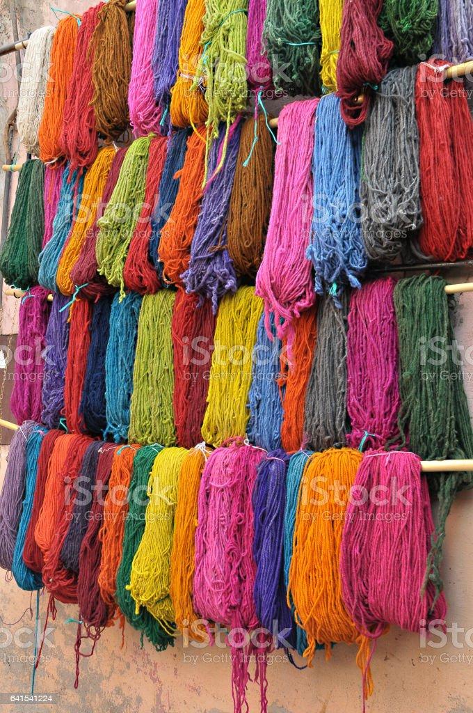 Lana de colores en un zoco de Marrakech - foto de stock