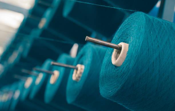 tekstil fabrikasında endüstriyel sıkma makinesinin renkli iplik makaraları - pamuk tekstil stok fotoğraflar ve resimler