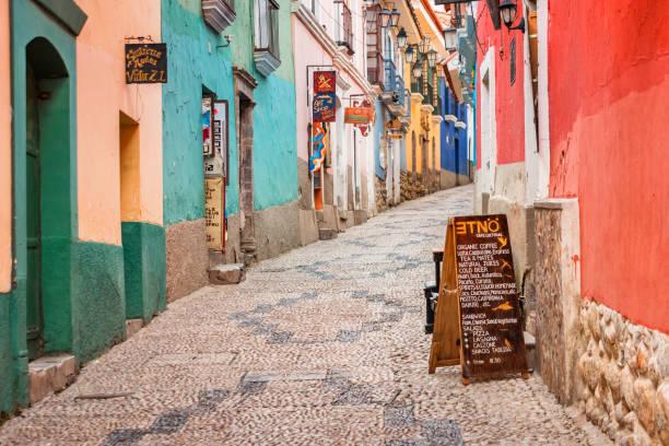 繽紛的小巷在老城拉巴斯玻利維亞 - 玻利維亞 個照片及圖片檔