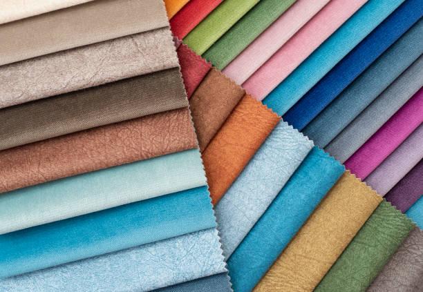 coloré et lumineux rideaux tissu motif palette texture échantillons comme fond textile abstrait. concept de décoration à la main, vêtements et meubles. bouts de tissu coloré ferment vers le haut - damas en matière textile photos et images de collection