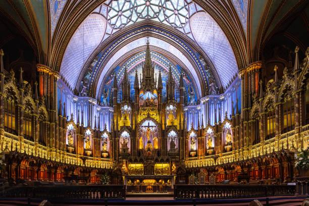 bunt und dramatischen innenraum - altar stock-fotos und bilder