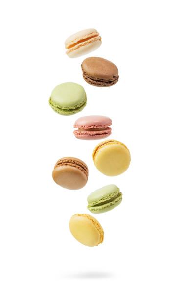 colorido e queda macarons franceses - macaroon - fotografias e filmes do acervo