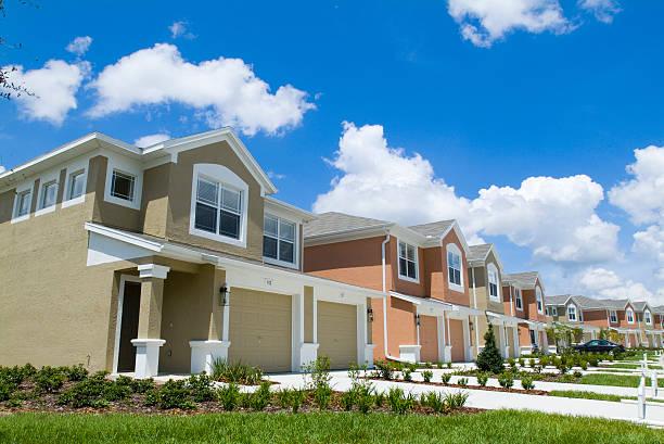 appartement coloré appartements avec ciel bleu - groupe organisé photos et images de collection