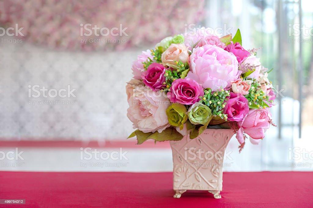 Kolorowe Kwiaty Sztuczne W Prostokątny Stół Z Ceramiki Wazon