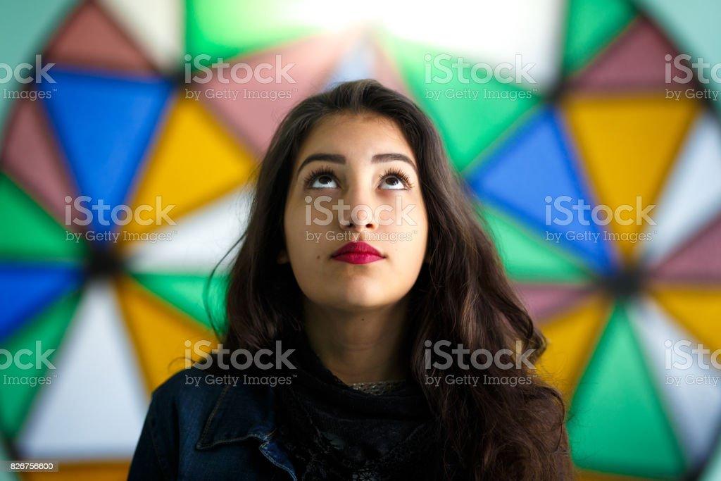 Retrato de menina de fundo colorido - foto de acervo