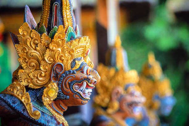 estátua de balinese colorida - indonésia - fotografias e filmes do acervo