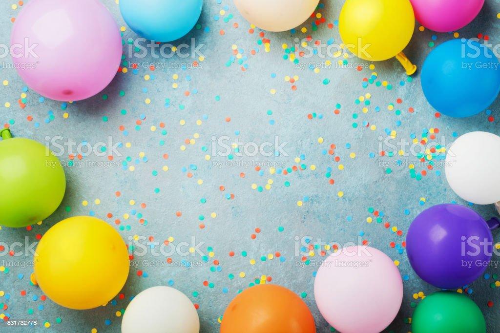 Bunte Luftballons Und Konfetti Auf Turkis Tischplatte Anzeigen