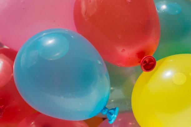 Bunte Luftballons gefüllt mit Wasser – Foto