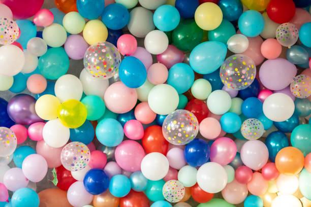 Bunte Luftballons an der Wand – Foto