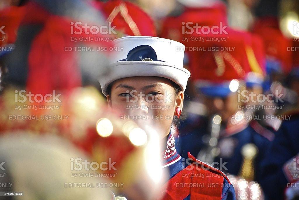 Colorida banda majorette durante un festival parade - foto de stock