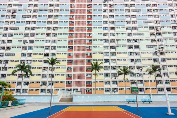 färgglada basketplan i choi hung äldsta offentliga bostadsområden i hong kong. - celebrities of age bildbanksfoton och bilder