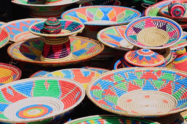Bunte Korbwaren in der Sonntag Markt. Senbete-Äthiopien. 0048 – Foto
