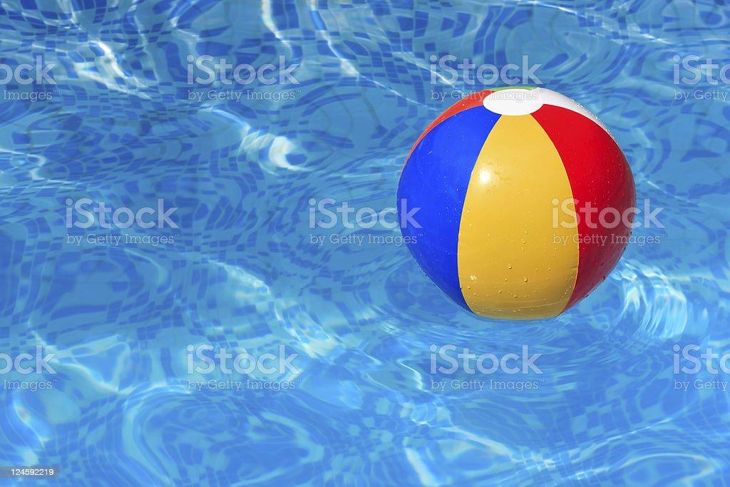 Ballon de plage coloré flottant dans une piscine - Photo