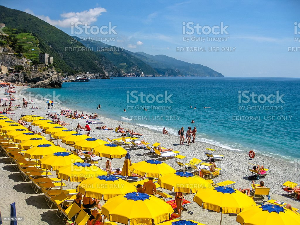 Ombrellone colorato spiaggia - foto stock