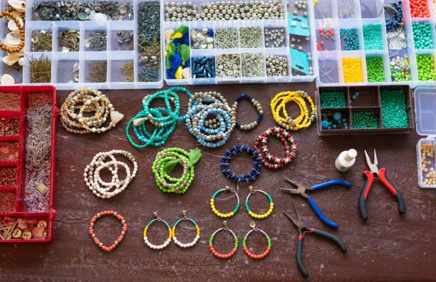 나무 테이블에 다채로운 구슬 - 만들기 뉴스 사진 이미지