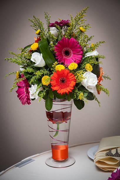bunte wunderschöne hochzeit blumen in einer vase und tisch glanz erstrahlen - orange hochzeitstorten stock-fotos und bilder