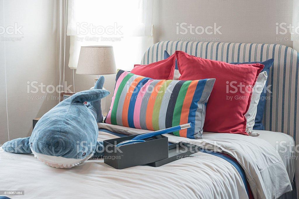 Colorato camera da letto con cuscini colorati e letto fotografie