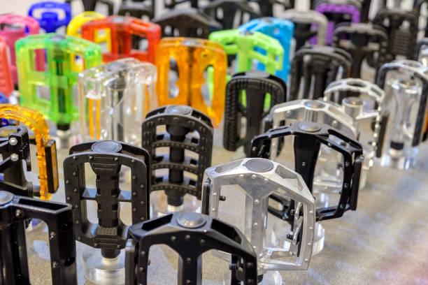 pédales de vélo coloré sur store - rame pièce détachée photos et images de collection
