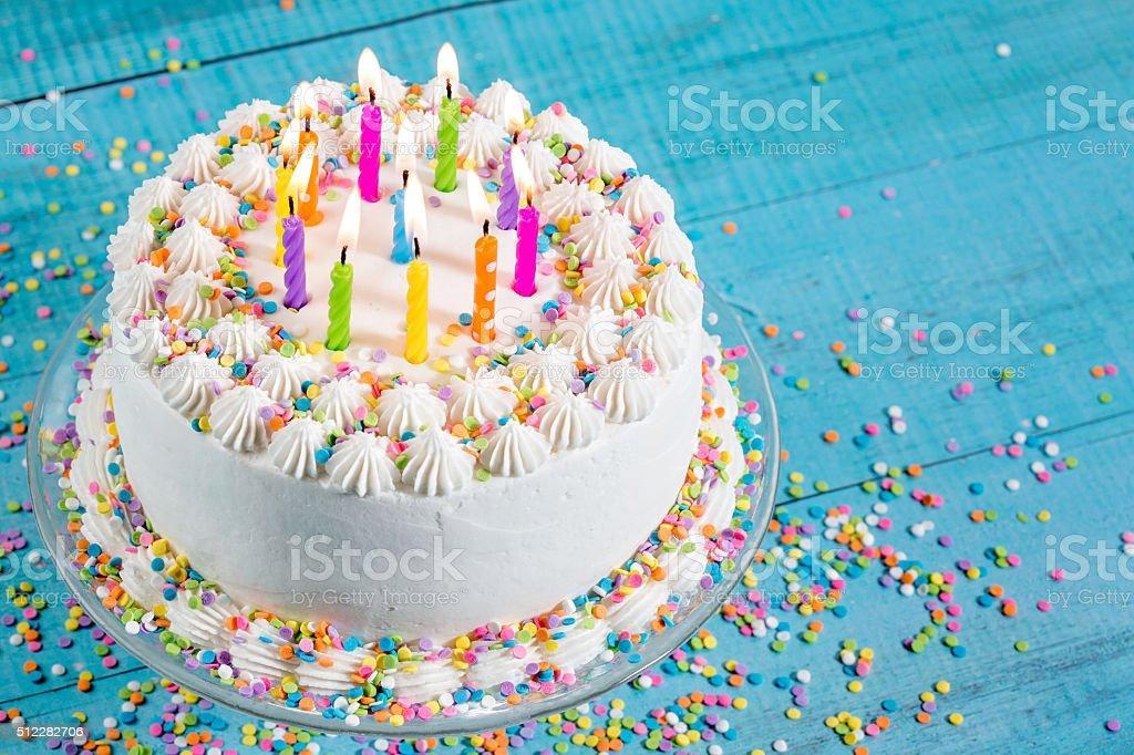 Kolorowy tort urodzinowy z świeczki – zdjęcie