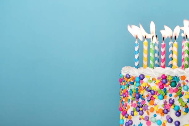Bunte Geburtstagstorte mit vielen Kerzen – Foto